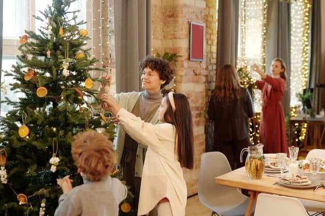 Perhe koristelee joulukuuta